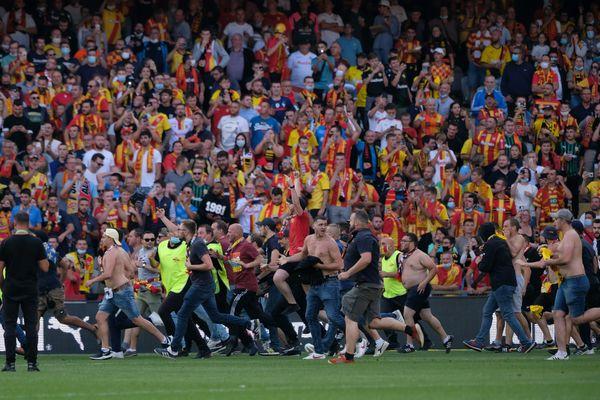 Les supporters lensois envahissent la pelouse, lors du derby contre Lille, le 18 septembre