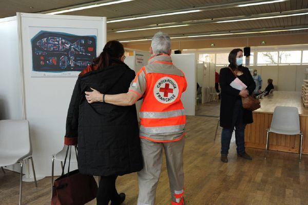 La Croix-Rouge Française a dû annuler certaines de ses activités, mais s'est aussi impliquée dans d'autres projets, notamment dans les centres de vaccination.