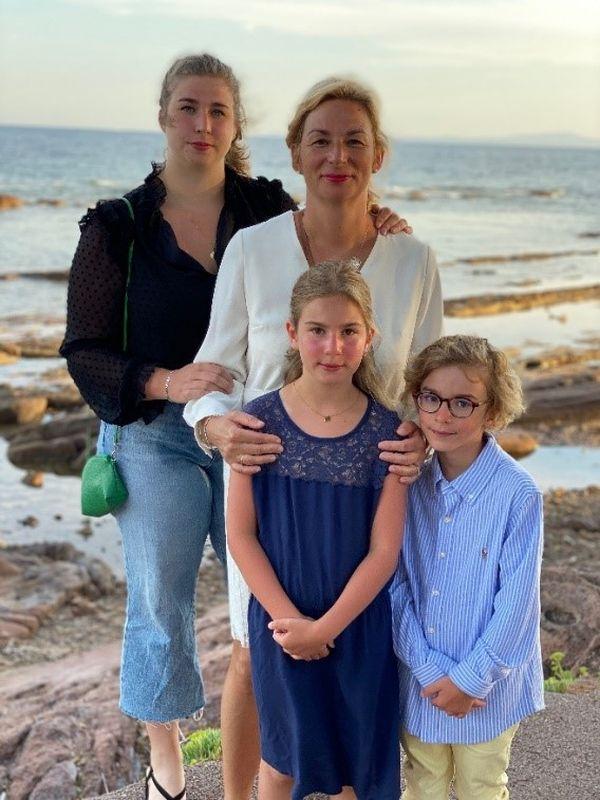 Sophie de Butler avec trois de ses quatre enfants.