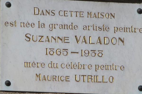 Plaque apposée sur la maison natale de Suzanne Valadon