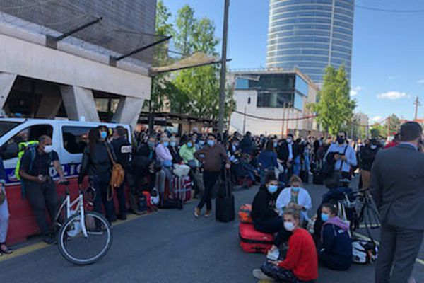 Des centaines de voyageurs attendent dans les rues autour de la gare de Lyon Part-Dieu évacuée après la découverte d'un colis suspect jeudi 27 mai dans l'après-midi.