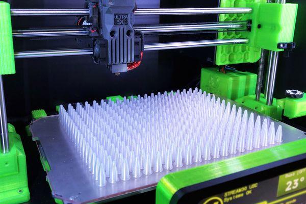 A la demande de laboratoires, une start-up niçoise qui construit des imprimantes 3D s'est mise à fabriquer des éprouvettes de test de dépistage du Covid-19.