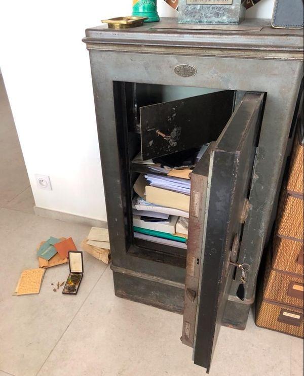 Le coffre-fort est situé dans le meuble, il était fermé à clé et la clé perdue.