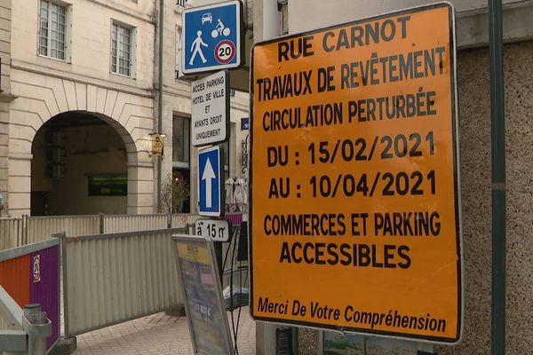 Les travaux ont commencé ce lundi 15 février 2021 sur les pavés de la rue Carnot, en plein centre-ville de Poitiers.