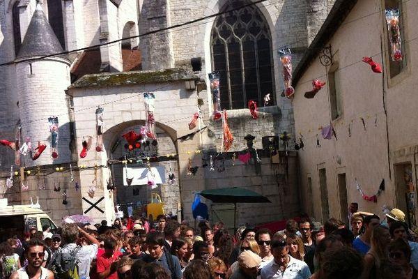 Il y a beaucoup de monde dans les rues de Chalon-sur-Saône samedi 26 juillet 2014 pour participer au 28e festival Chalon dans la rue