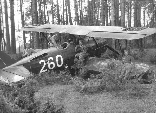 Un biplan polonais PW-26 capturé par des soldats allemands en 1939.