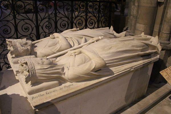 Berthe aux grands pieds est inhumée aux côtés de son mari Pépin le Bref en la basilique Saint Denis.