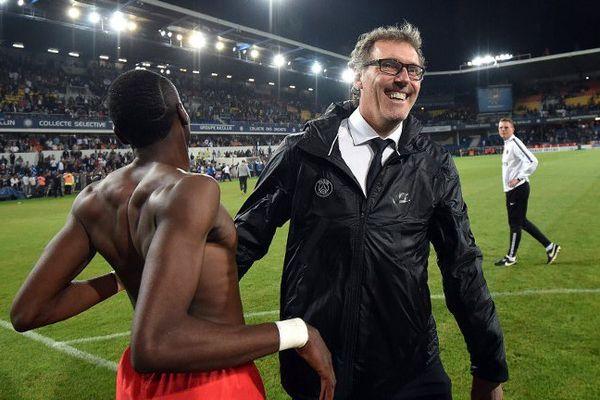 Laurent Blanc fêtant le sacre des Parisiens après la victoire 2-1 contre Montpellier lors de la 37e journée de Ligue 1.