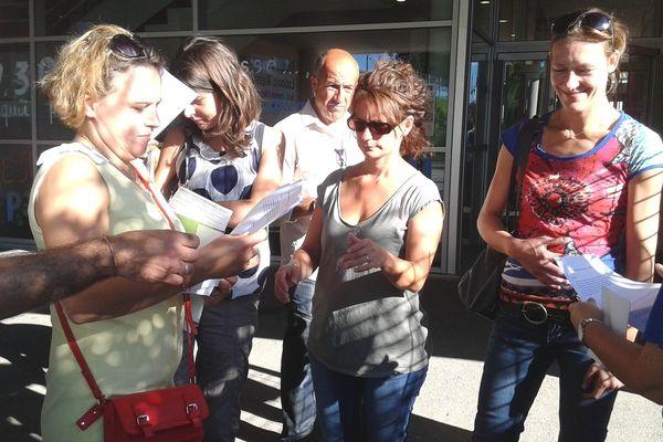Les parents délèves mobilisés dans la cour de l'école. Cabestany le 2 septembre 2014.