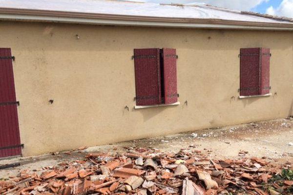 L'une des maisons dont la toiture a été totalement soufflée à Valdivienne (86)