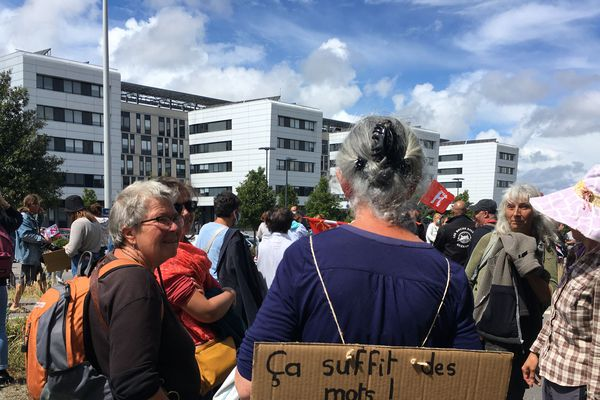 1300 à 200 personnes, blouses blanches et citoyens solidaires se sont rassemblés devant l'hôpital de Saint-Nazaire ce mardi 16 juin.