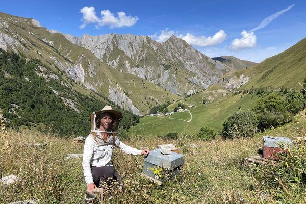 Kelly Duqueine, apicultrice en Savoie, engagée pour la sauvegarde de l'abeille noire des Alpes.
