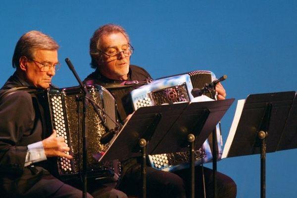 L'accordéoniste Marcel Azzola au côté de Roland Romanelli, le 01 janvier 2004, lors du traditionnel concert du Nouvel An dans la salle Favart à Paris.