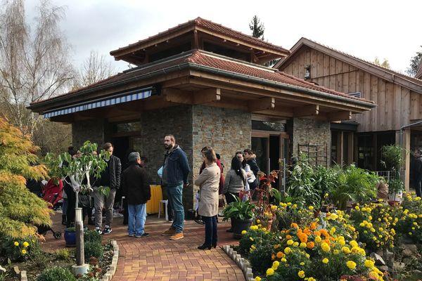 Les participantes et participants à la cérémonie sortent de la pagode.