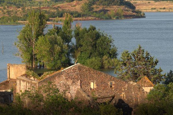 Village de Celles dans l'Hérault, avec vue sur le Lac du Salagou