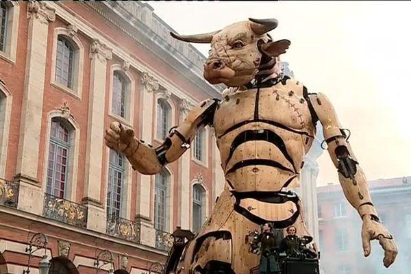 Astérion, le Minotaure géant, s'est réveillé à Toulouse, place du Capitole