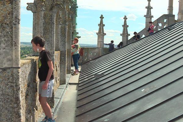 Des visiteurs qui observent Sens depuis les toits de la cathédrale.