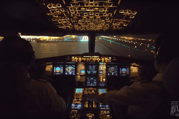 Devant le cockpit apparaissent les pistes de l'aéroport de Nice