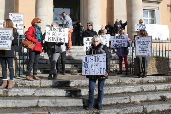 Comme en février, première date fixée pour le procès, les associations de défense des animaux de la Drôme et d'Ardèche se mobiliseront aux portes du tribunal de Privas où sera jugé le tueur du chiot Kinder.