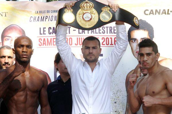 Michel Soro (à gauche) et l'Argentin Hector David Saldivia (à droite) pour le titre WBA-International vacant des poids super-welters, le 20 juin 2015, au Cannet Côte-d'Azur (Alpes-Maritimes).