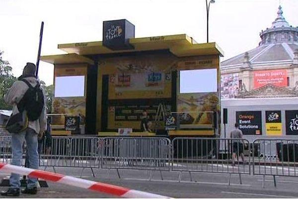 Le podium d'arrivée de la 5e étape, devant le cirque d'Amiens