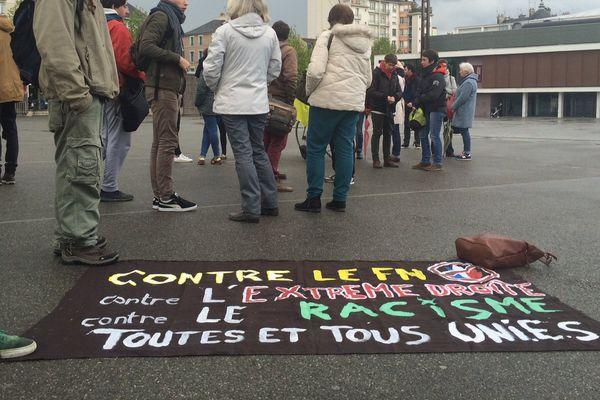 Place du Général de Gaulle à Rennes, des banderoles contre le FN
