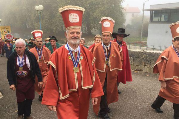 Les membres de la confrérie des rillettes comtoise rassemblés ce dimanche à Port-sur-Saône, en Haute-Saône.