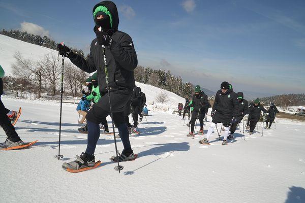 Les joueurs de l'ASSE testant la snowshoe Evvo dans le massif du Pilat.