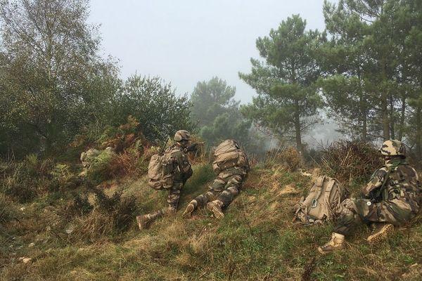 Des élèves officiers à la manœuvre dans le camp de Saint Cyr Coêtquidan
