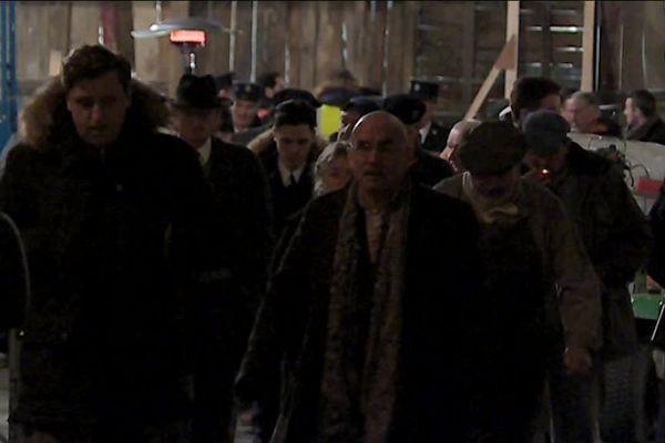 Des figurants, habillés comme à l'époque des Trente Glorieuses, sortent d'une soirée de tournage, à Angoulême, le 11 février 2019