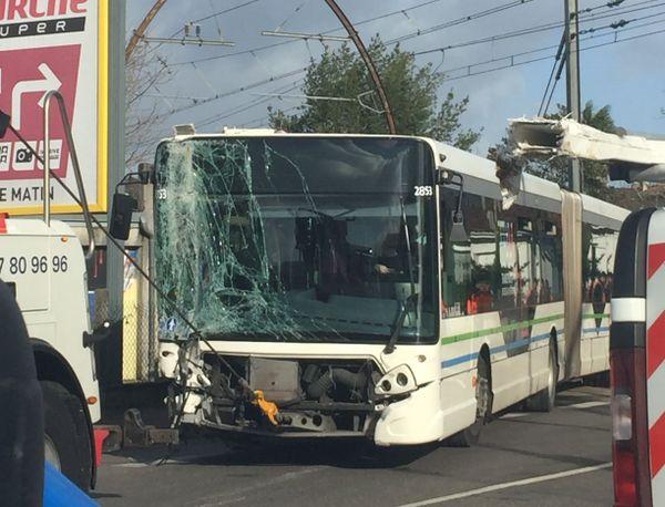 Les équipes étaient à pied d'oeuvre pour dégager le bus.