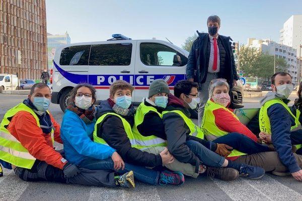 Des militants non violents de La Rue est à nous, Alternatiba Paris et Respire ont coupé la circulation devant le groupe scolaire.