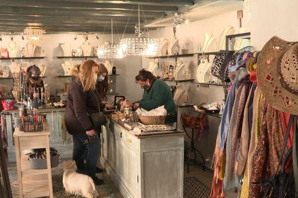 Une boutique de bijoux, ouverte samedi malgré les consignes sanitaires du gouvernement.