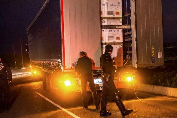 Des policiers effectuant des contrôles près de Calais (image d'illustration).