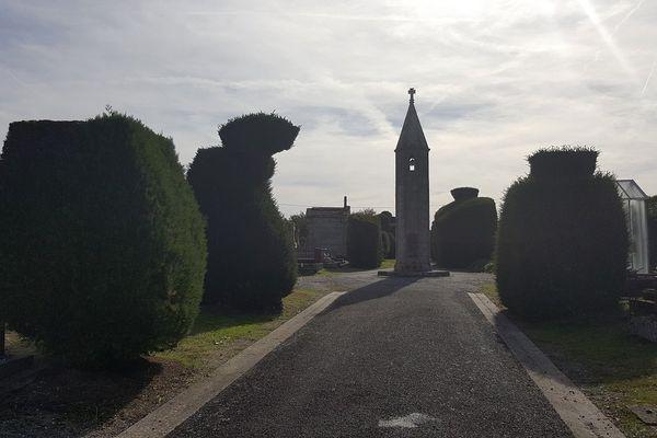 La lanterne des morts occupe l'allée centrale de la partie la plus ancienne du cimetière