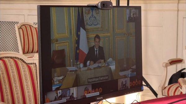 Emmanuel Macron en visioconférence avec le maire d'Hazebrouck Valentin Belleval, le 27 avril 2021