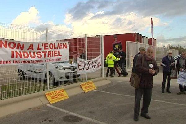 Les membres du collectif toutes nos énergies étaient présents ce matin devant le parc des expos de Montpellier pour protester contre l'expansion des éoliennes. 14 décembre 2016