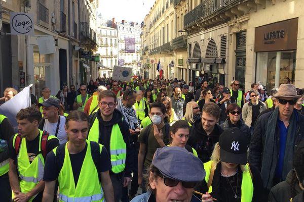 Les gilets jaunes remontent la rue de la Loge à Montpellier / le 30 mars 2019.