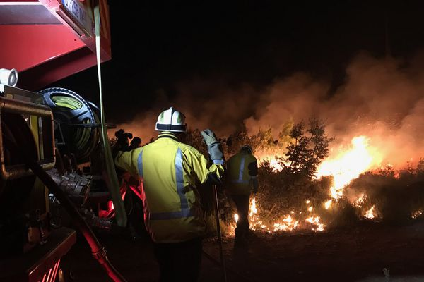 Vers La Palme dans l'Aude, sur le plateau qui surplombe le village. Aux alentours d'1h du matin, les pompiers allument des contre-feux pour limiter la progression de l'incendie - 7 septembre 2017