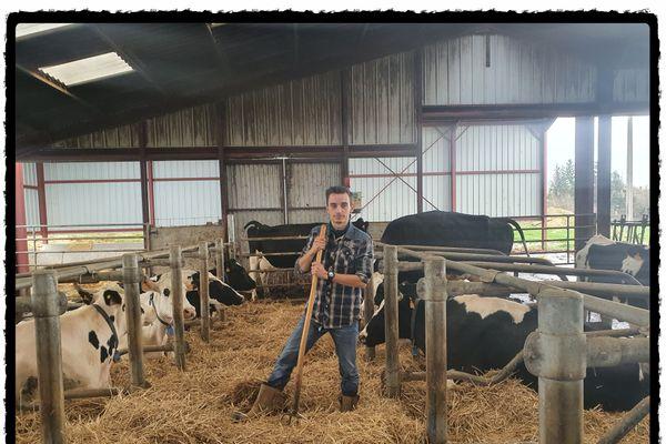 Thomas, au milieu de la ferme familiale dans laquelle il travaille, en Haute-Marne. Il postule au titre de mister France agricole.