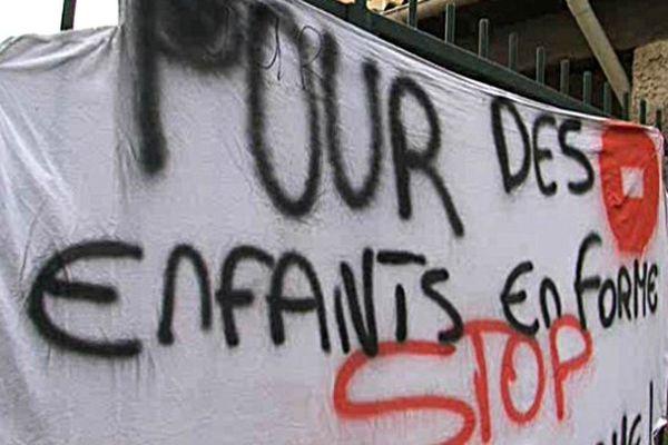 Manifestation devant  l'école de Montblanc (34) près de Béziers