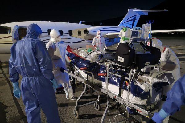 Sur le tarmac de Chambéry, dans la nuit, les équipes sont prêtes à installer le patient à bord de l'avion. Destination, Bordeaux