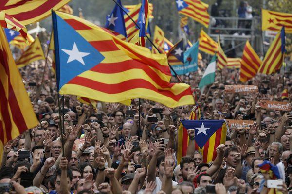 la rue à Barcelone après le vote en faveur de l'indépendance
