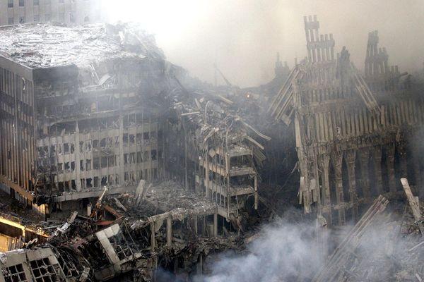 Un champ de décombres et de cendres. Il ne reste rien ou si peu des tours jumelles. L'attentat a fait près de 3000 morts.