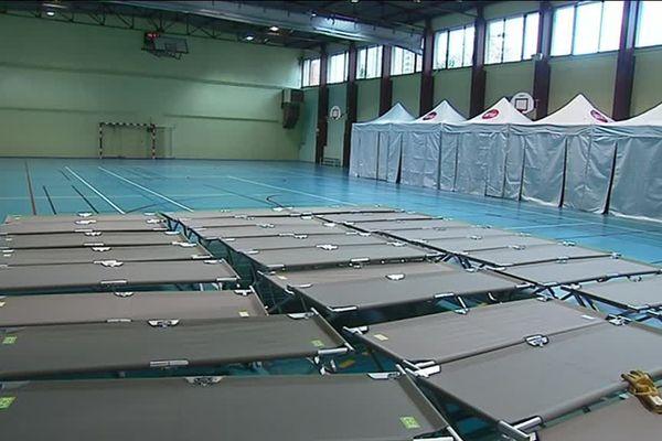Une centaine de place d'hébergement d'urgence sont installées dans ce gymnase bordelais.
