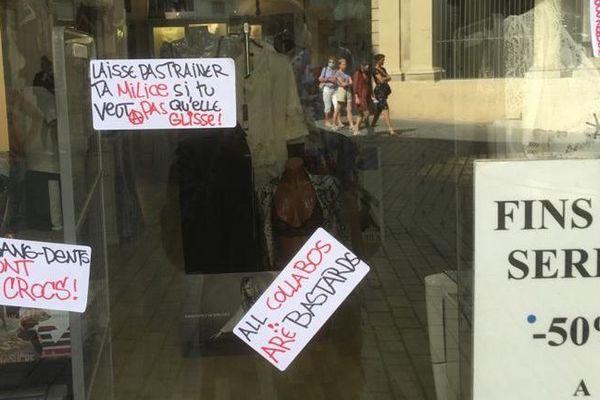 Montpellier - Sur la vitrine du commerce d'Odette Daudé, de nombreux messages insultants ont été collés - 23.05.20