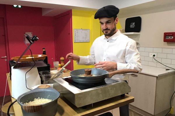 """Etienne Rozès prépare un risotto d'asperges des Landes durant un atelier de """"video-cuisine""""."""