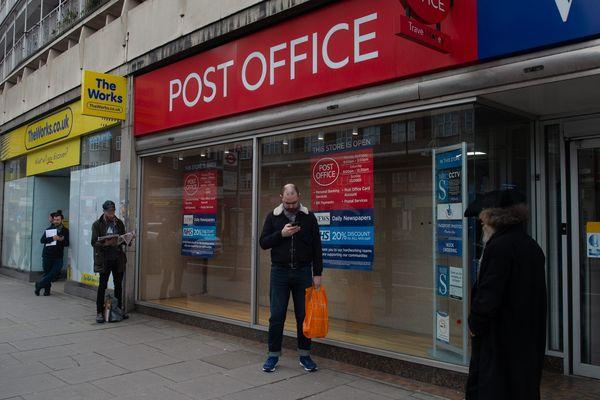 File d'attente et distanciation sociale devant un bureau de poste londonien.