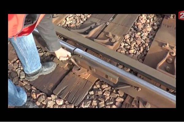 Des tirefonds qui se retirent facilement à la main... la ligne Paris-Valenciennes à l'été 2015.