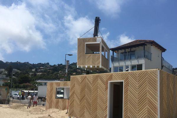 Un des futurs établissements privés en cours de montage sur la plage du Soleil à Golfe-Juan.